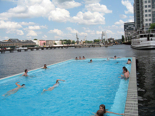 Esempio di piscina galleggiante
